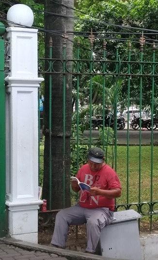 pria membaca buku